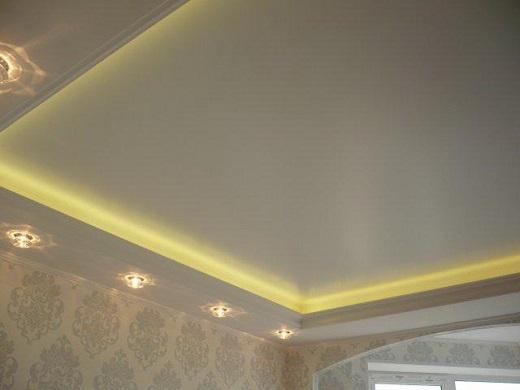 Сатиновый натяжной потолок с декоративным освещением на снимке