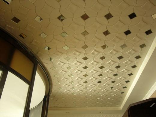 На фото: декоративная пенопластовая плитка на потолке