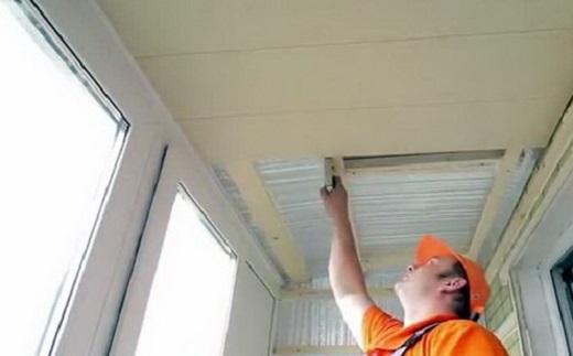 На фото показан процесс гидроизоляции потолка балкона