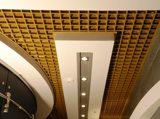 Пирамидальный потолок Грильято на фото