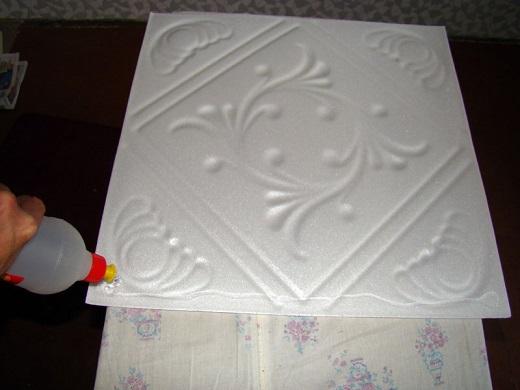 Поклейка потолочной плитки на снимке