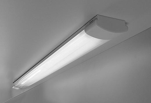 Люминесцентный потолочный светильник на фото