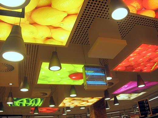 На фото: матовые натяжные потолки с фотопечатью в кафе