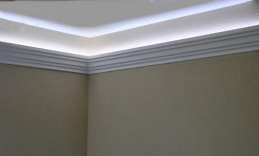 Полиуретановый плинтус с подсветкой на потолке