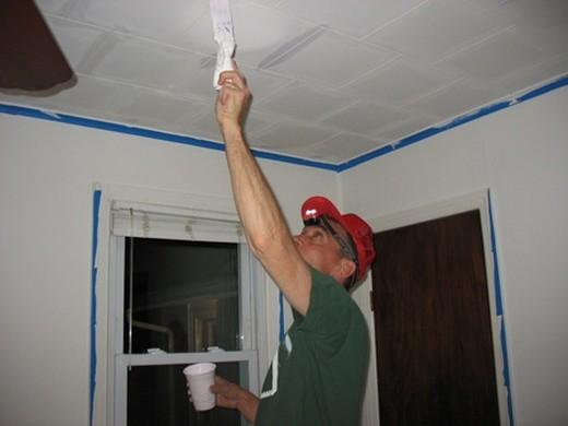 Процесс покраски пенопластовой плитки на потолке
