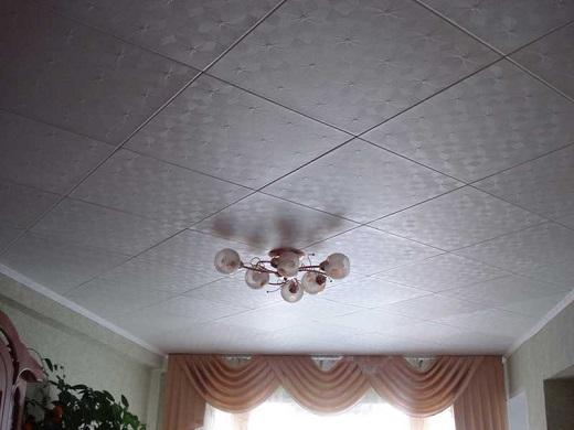 Потолок, покрытый полиуретановой плиткой на фото