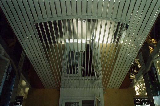 Реечный алюминиевый потолок на фотографии