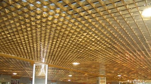 На изображении потолок Грильято суперхром
