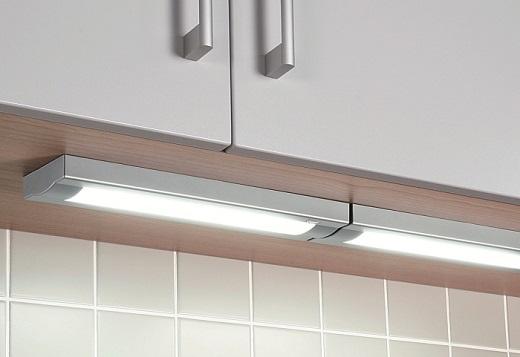 На снимке встраиваемый светильник на кухне