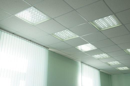 Люминесцентные потолочные светильники для офиса на фото