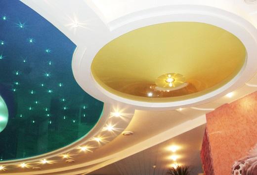 Светодиодные точечные светильники в дизайне помещения на фото