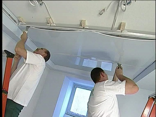 На фото показан процесс монтажа потолка в ванной