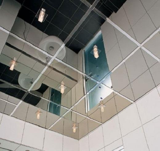 На фото зеркальная потолочная плитка