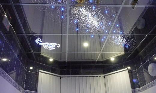 Один из вариантов подвесного потолка: зеркальный