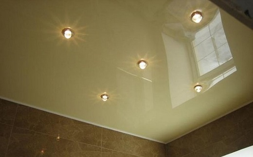 Еще один вариант размещения 5 светильников на натяжном потолке