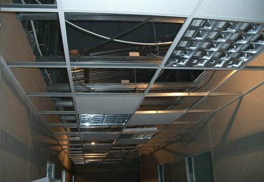 На снимке показан процесс монтажа потолка Армстронг Байкал