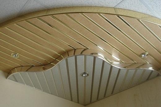 Отлично смотрится бежевый реечный потолок в коридоре или холле