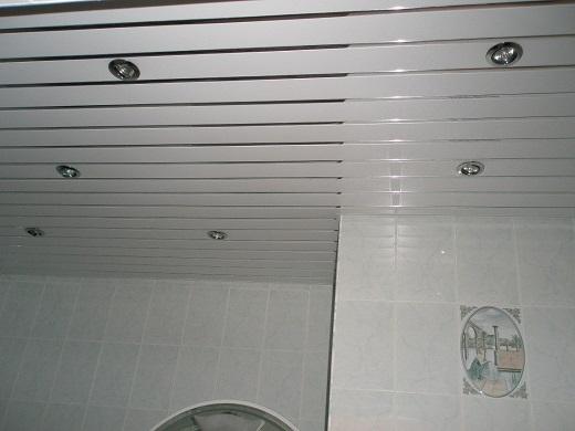 Белый реечный потолок в ванной