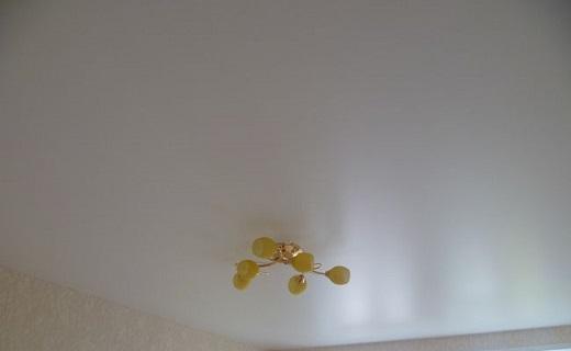 На изображении представлен белый матовый натяжной потолок