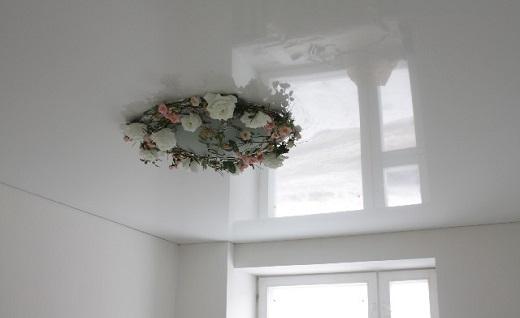 На  фото белый глянцевый натяжной потолок