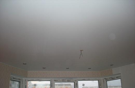 Пример матового бесшовного натяжного потолка в широком помещении