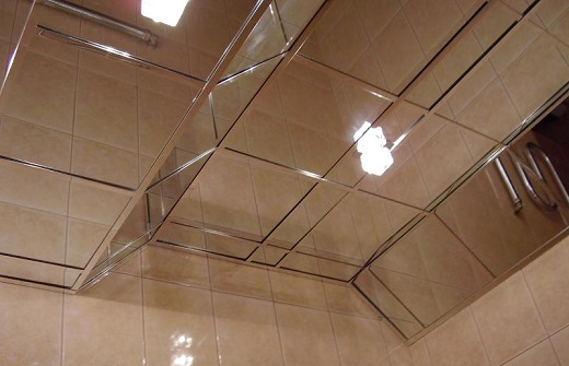 Кассетный потолок Caveen в ванной на фотографии