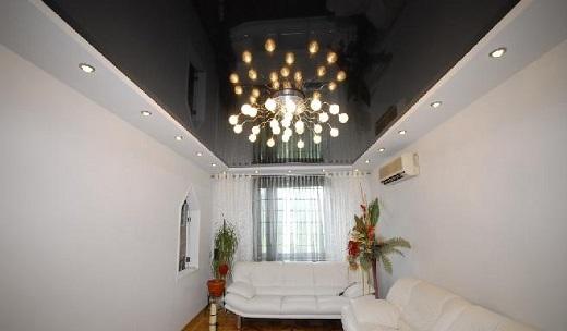 Пример использования черного глянцевого потолка в интерьере