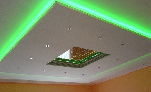На изображении подсветка потолка светодиодной лентой