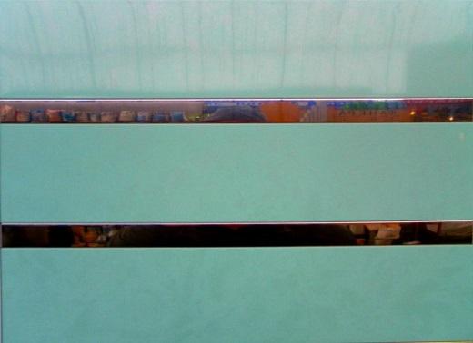 На рисунке реечный потолок бирюзового цвета
