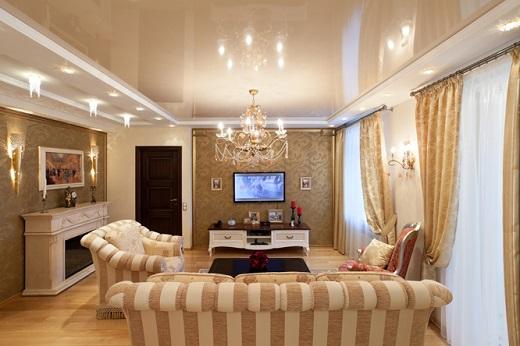 Натяжные глянцевые потолки отлично подчеркивают интерьер в зале