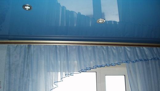 На снимке показан карниз, установленный на натяжном потолке