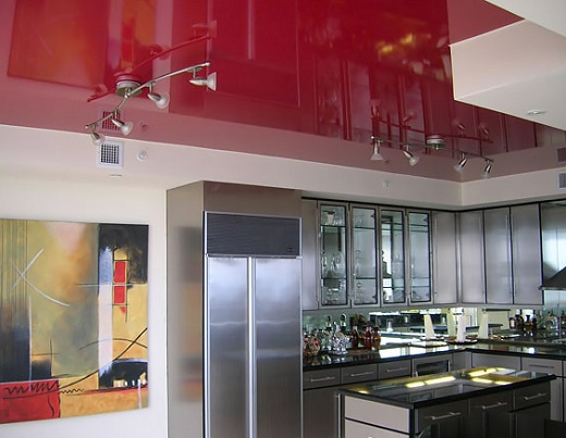 Для кухни идеальным вариантом считается использование глянцевых потолков