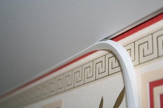 На фото маскировочная лента для натяжного потолка