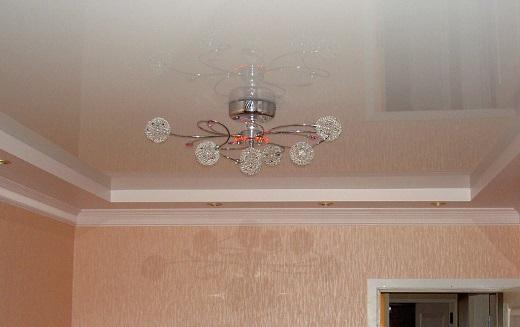 На рисунке простая люстра для спальни на натяжном потолке