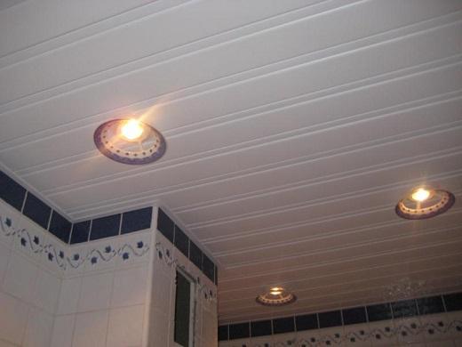 На фото изображен матовый реечный потолок.