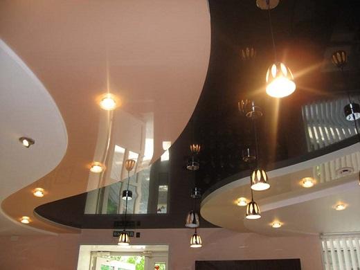 Многоуровневый натяжной потолок на снимке