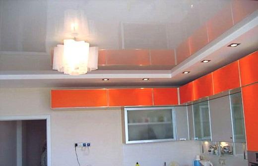 Люстру на кухне можно совместить со встроенным освещением натяжного потолка, как показано на рисунке