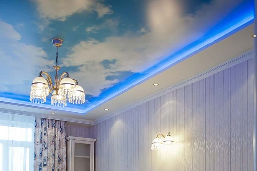 На фото представлен оригинальный натяжной потолок в виде неба с подсветкой