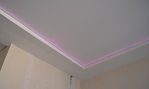 Подсветка одноуровневого натяжного потолка