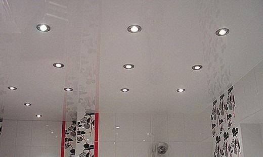 Встраиваемые светильники в натяжной потолок практически не выступают за края потолка