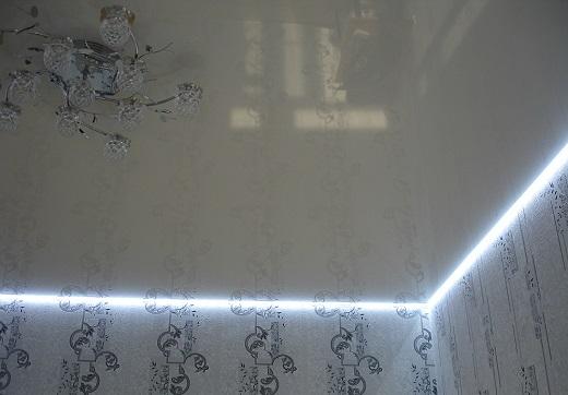 Так выглядит натяжной потолок с подсветкой по периметру