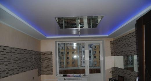 На представленном фото можно увидеть, как стильно смотрится оформление потолка плинтусом с подсветкой из светодиодной ленты