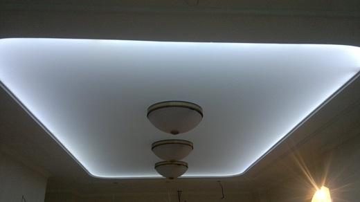 На снимке потолок, подсвеченный светодиодной лентой