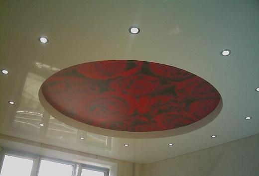 Рисунок иллюстрирует боле привычные встроенные светильники в натяжной потолок