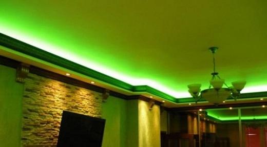 На фото вид потолка с плинтусом с подсветкой
