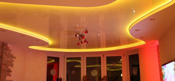 Характеристики и фото натяжных потолков с подсветкой