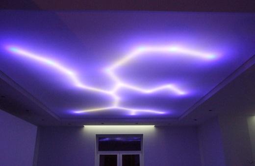Подсвечивая потолок изнутри светодиодной лентой, можно создавать различные рисунки и эффекты