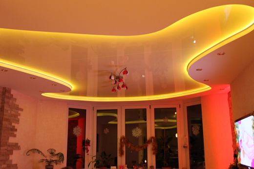 На снимке навесной потолок с подсветкой