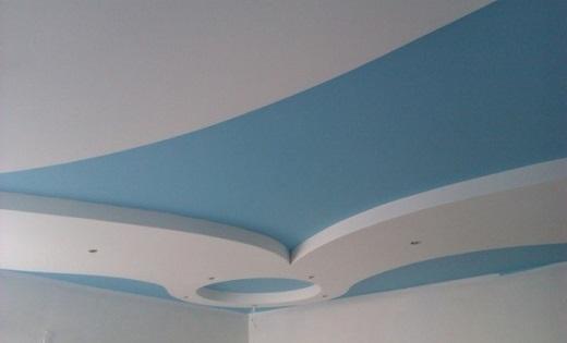 На фото потолок, покрашенный водоэмульсионной краской с помощью краскопульта