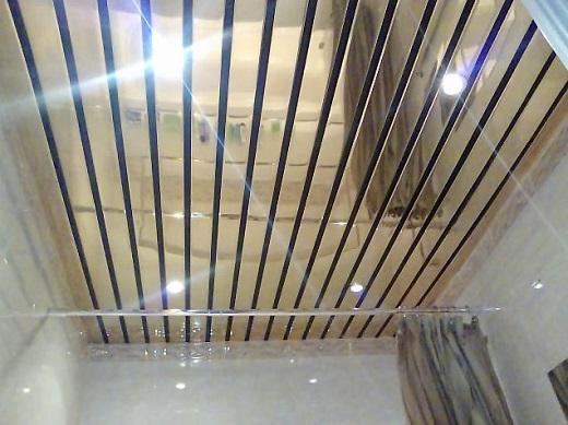 Реечный алюминиевый потолок в ванной на фотографии